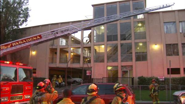 Pasadena firefighters rescue 4 from apt. fire