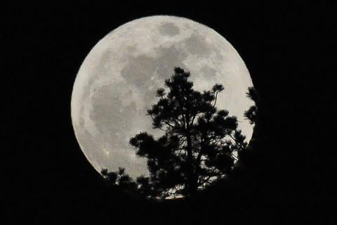 "<div class=""meta image-caption""><div class=""origin-logo origin-image ""><span></span></div><span class=""caption-text"">ABC7 viewer Danny Enger sent in this photo of the full moon over Big Bear Lake on Saturday, May 5, 2012. When You Witness breaking news, or even something extraordinary, send pictures and video to video@abc7.com, or post them to the ABC7 Facebook page or to @abc7 on Twitter  (ABC7 viewer Danny Enger)</span></div>"