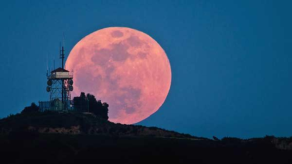 'Supermoon' leaves spectators in awe