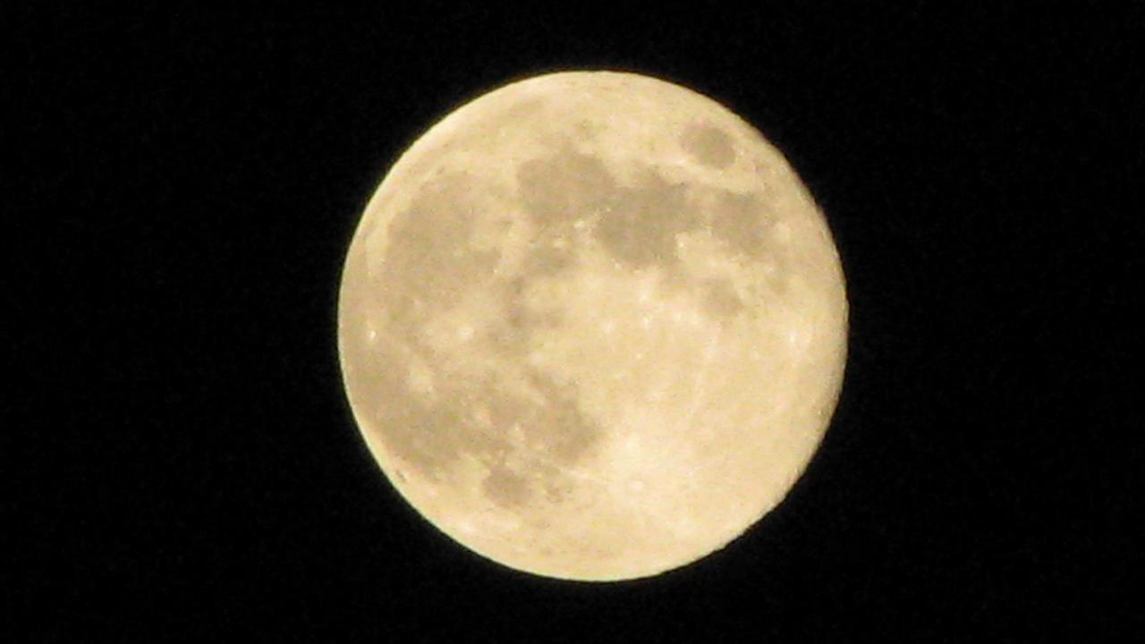 ABC7 viewer John Guardner sent us this photo of the blue moon in Downey, Calif. <span class=meta>(ABC7 viewer John Guardner)</span>