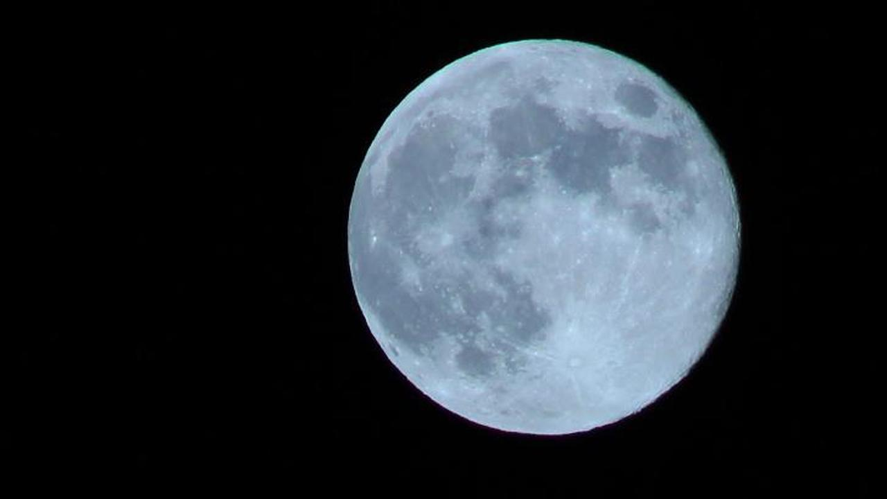 ABC7 viewer Gerardo Morales sent us this photo of the blue moon in Downey. <span class=meta>(ABC7 viewer Gerardo Morales)</span>