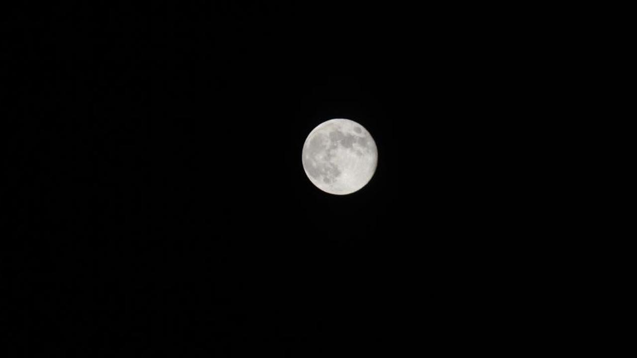 ABC7 viewer Tamela Babb-Hutchinson sent us this photo of the blue moon in Pomona, Calif. <span class=meta>(ABC7 viewer Tamela Babb-Hutchinson)</span>