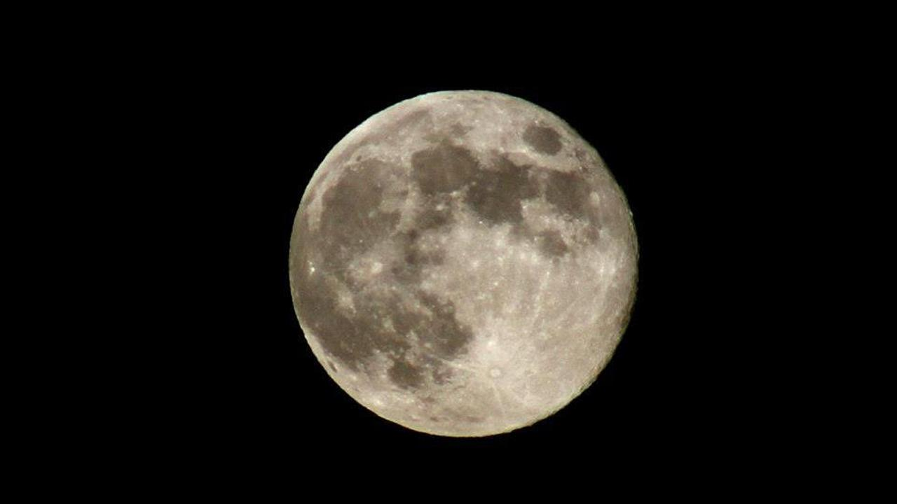 ABC7 viewer Cathy Szymoniak sent us this photo of the blue moon in Covina, Calif. <span class=meta>(ABC7 viewer Cathy Szymoniak)</span>