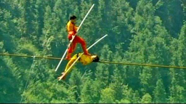 Chinese tightrope walker's daredevil stunt