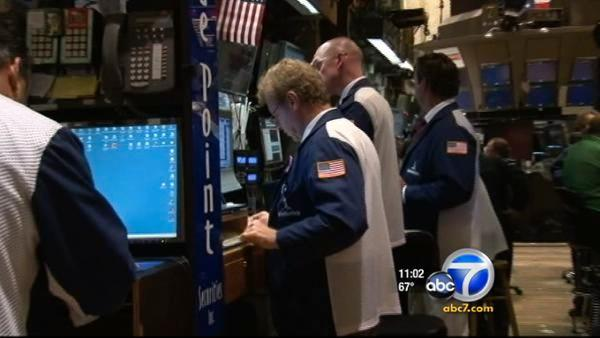 Dow closes up 422 points on economic news