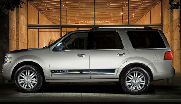The Lincoln Navigator was tied as the 12th worst vehicle for the environment. The American Council for an Energy-Efficient Economy gave the SUV 23 out of 100 points. By comparison the ACEEE&#39;s most energy efficient vehicle, the Mitsubishi i-MIEV, received 58 out of 100 points. &#39;Motoramic&#39; says it took the honor as the least polluter, with the smallest engine in the group &#40;5.4-liter V8&#41; providing the best gas mileage at 18&#47;13 mpg highway&#47;city. <span class=meta>(Lincoln website)</span>