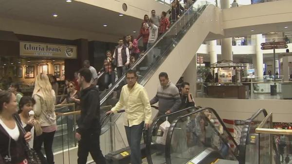 Last-minute shoppers snag Christmas deals