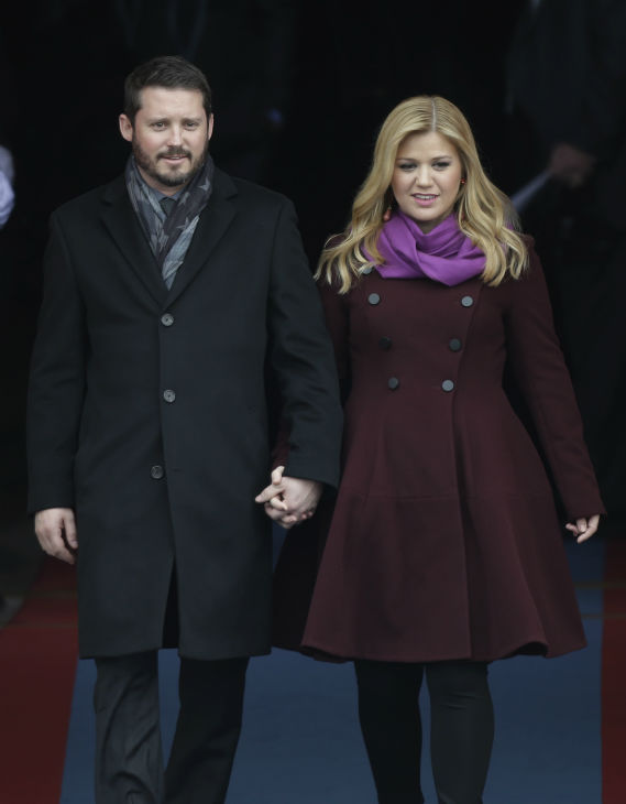 "<div class=""meta image-caption""><div class=""origin-logo origin-image ""><span></span></div><span class=""caption-text"">Kelly Clarkson arrives with fiance Brandon Blackstock for the ceremonial swearing-in of President Barack Obama at the U.S. Capitol during the 57th Presidential Inauguration in Washington on Jan. 21, 2013. (AP Photo / Pablo Martinez Monsivais)</span></div>"