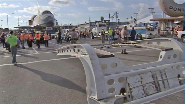 Shuttle Endeavour nears 405 Freeway overpass