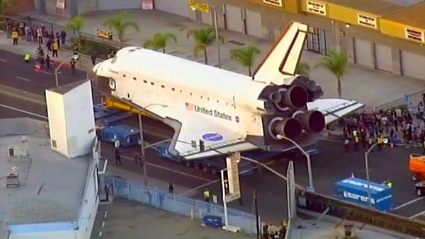 Endeavour passes by Inglewood City Hall