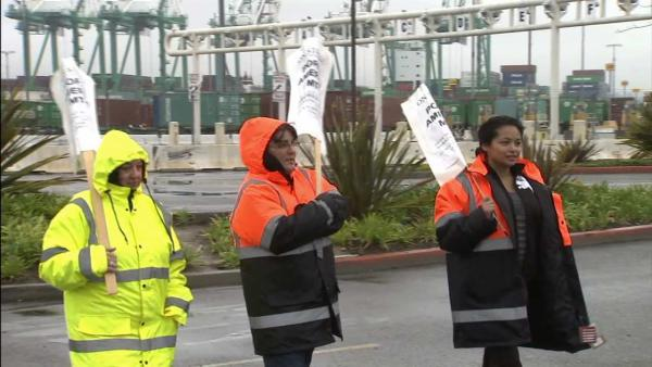 Dockworkers, employers return to negotiating