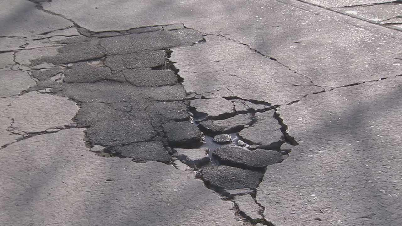 An effort is under way by local lawmakers to get a bond measure to fix damaged Los Angeles streets on the May ballot.