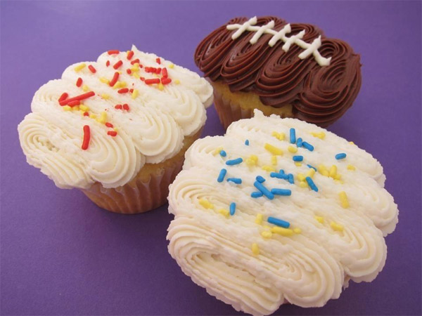 "<div class=""meta ""><span class=""caption-text "">Pasadena dessert spot Sugar Sweet posted this photo of a UCLA-and USC-inspired cupcakes on Saturday, Nov. 17, 2012.  Send us your game-day pictures to video@abc7.com or post them to the ABC7 Facebook page. You can also Tweet us @abc7. (Sugar Sweet)</span></div>"