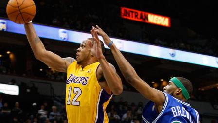 Los Angeles Lakers guard Shannon Brown (12) goes to the basket past Minnesota Timberwolves guard Corey Brewer (22) during the first quarter of an NBA basketball game in Minneapolis, Friday, April 9, 2010.