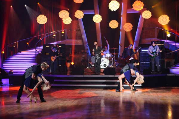 Daughtry, led by ?American Idol? alum Chris Daughtry, performed on &#39;Dancing With the Stars: The Results Show,&#39; Tuesday, Sept. 21, 2010.  <span class=meta>(ABC Photo&#47; Adam Larkey)</span>