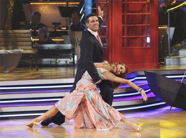 Kurt Warner and Anna Trebunskaya perform on 'Dancing With th