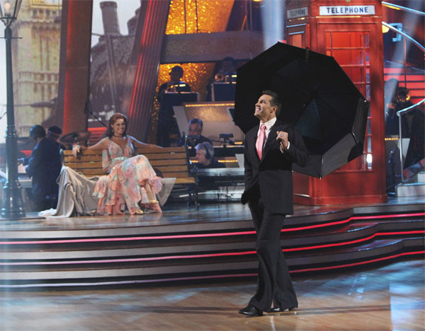 Kurt Warner and Anna Trebunskaya perform on 'Dancing With the