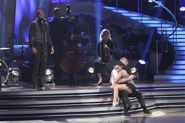 Jason Derulo, with dancers Scott Myrick and Ashley Gonzales, performs a contemporary version of the classic song 'Georgia On My Mind' on 'Dancing With the Stars: The Results Show,' Tuesday, Oct. 19, 2010.
