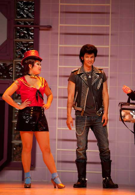 "<div class=""meta ""><span class=""caption-text "">Jenna Ushkowitz and Harry Shum Jr. perform in the 'Rocky Horror' episode of 'Glee' airing Tuesday, October 26. (Fox/Adam Rose)</span></div>"