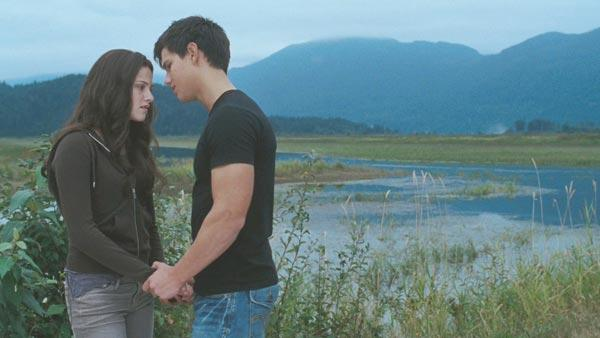 Jacob (Taylor Lautner) tries to convince Bella (Kristen Stewart) that she should be on Team Jacob, and not Team Edward.