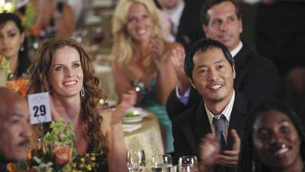 Charlotte Lewis (Rebecca Mader) and Mile Straume (Ken Leung) attend a musical performance in the sideways world as the White House Correspondents' Dinner crashers applaud behind them.