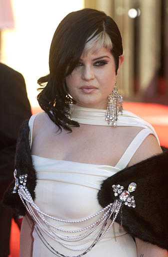 "<div class=""meta ""><span class=""caption-text "">Kelly Osbourne arrives for the 32nd annual American Music Awards, Sunday, Nov. 14, 2004, at the Shrine Auditorium in Los Angeles. (AP Photo/Chris Pizzello)</span></div>"