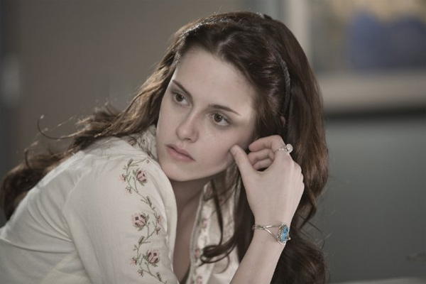 "<div class=""meta ""><span class=""caption-text "">Kristen Stewart's eyes are naturally green, so she wore brown contact lenses while filming 'Twilight' to fulfill the role of Bella.  (Photo courtesy of Summit Entertainment)</span></div>"