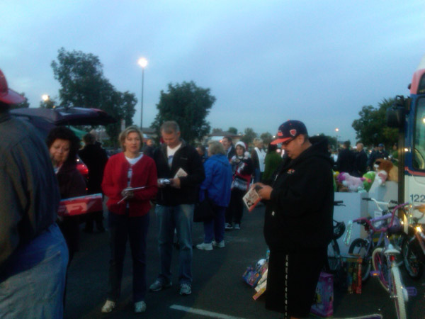 Residents line up to help Garth the Elf Stuff-A-Bus at Ontario Mills on Friday, Dec. 3, 2010. <span class=meta>(KABC)</span>