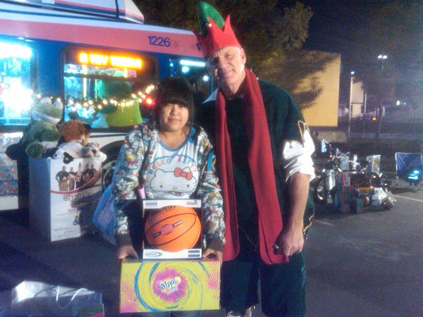Girl helps Garth the Elf Stuff-A-Bus at Ontario Mills on Friday, Dec. 3, 2010. <span class=meta>(KABC)</span>