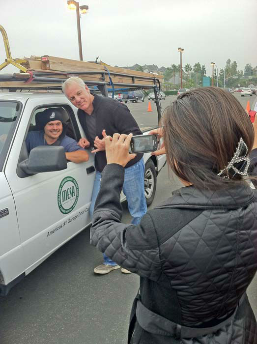 "<div class=""meta ""><span class=""caption-text "">ABC7 Eyewitness News weathercaster Garth Kemp and a viewer pose for a picture at the ABC7 Sandy relief drive at the Honda Center in Anaheim on Thursday, Nov. 1, 2012. (KABC)</span></div>"