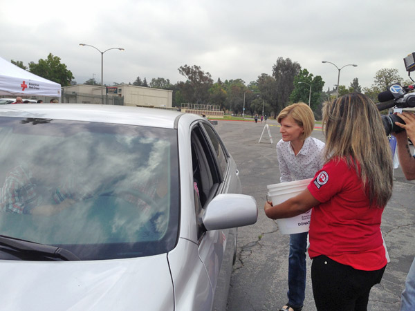 "<div class=""meta ""><span class=""caption-text "">ABC7 Anchor Michelle Tuzee greets a donor at a fundraising event at the Rose Bowl in Pasadena to help the victims of the Oklahoma tornado on Wednesday, May 22, 2013. (KABC)</span></div>"