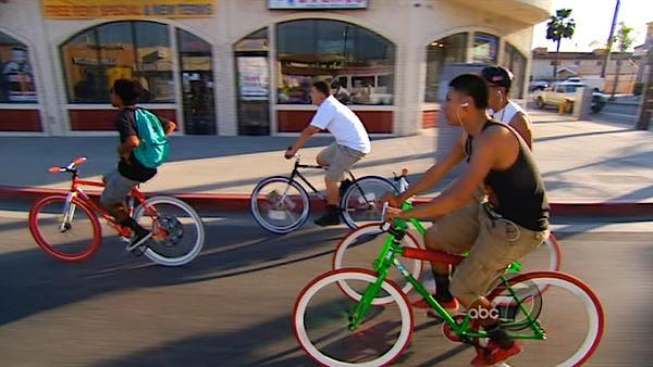 Vista L.A. discovered teenagers from East Los Angeles and surrounding neighborhoods who have started a cycling club they call 'Night Crawling.'