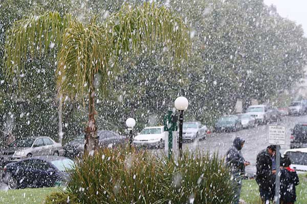 "<div class=""meta ""><span class=""caption-text "">ABC7 viewer Bill Rogers sent in this photo of snow in Canyon Country, Calif. on Sunday Jan. 2, 2011.  When You Witness breaking news, or even something extraordinary, send pictures and video to video@myabc7.com, or send them to @abc7 on Twitter (ABC7 viewer Bill Rogers)</span></div>"