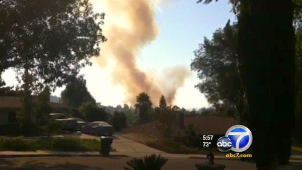 Fast-moving Riverside brush fire threatens homes | abc7.