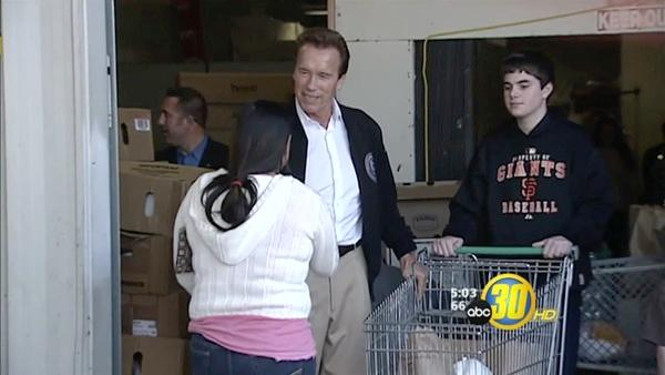 Governor Hands Out Turkeys In Fresno