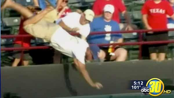 Texas Rangers fan dies, fell reaching for ball