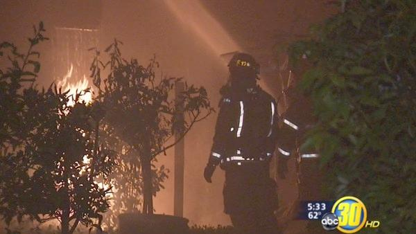 Large overnight blaze damages N. Fresno home