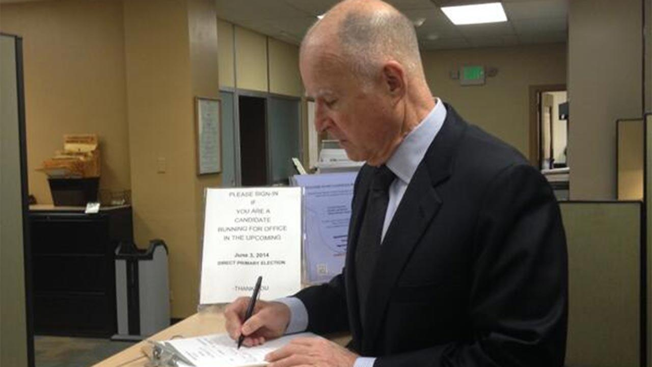 Twitter picture of Governor Jerry Brown taking out papers to run for re-election.