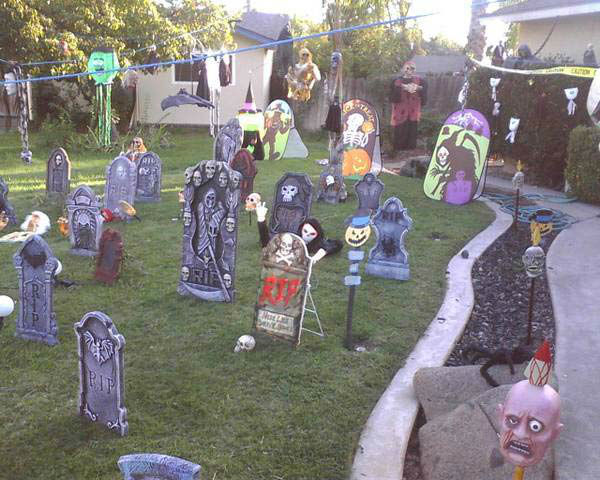 You gotta see this house and walk the sidewalk. It&#39;s alot to see and hear for Halloween -- 3939 N. Pacific Ave., Fresno <span class=meta>(Lorenzo Hernandez)</span>