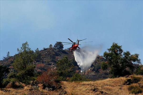 "<div class=""meta ""><span class=""caption-text "">8-28-11 A helicopter makes a drop just the other side of the top of the ridge to prevent the fire from creeping further.  Taken in El Portal (wingsofangels)</span></div>"