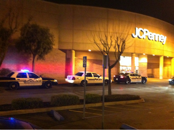 Authorities are on the scene of a shooting inside the Visalia Mall that occurred around 7 p.m.  <span class=meta>(KFSN Photo&#47; ??ilT]?&#193;?=?&#40;V?3??&#39; ???????&#34;?um?S {?j??3?&#250;?t&laquo;K8mV??&#47;.&curren;i?R&cent;)</span>