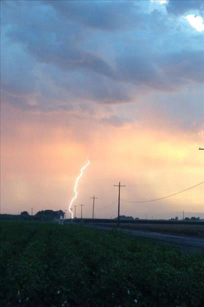 Evening lightning near Tulare <span class=meta>(KFSN Photo&#47; uReport &#47; JoeJoe)</span>