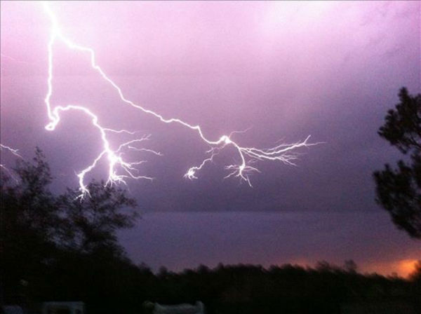 Lighting in Coarsegold on Monday evening <span class=meta>(KFSN Photo&#47; uReport &#47; Allie Stearns)</span>