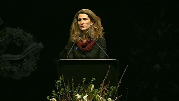 Det. Elizabeth Butler's older sister Alexis speaks at memorial