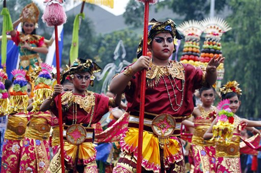 Indonesia New Year&#39;s Eve - Balinese children wearing traditional costumes dance during a parade for this year&#39;s last sundown in Bali island, Indonesia on New Year&#39;s Eve, Tuesday, Dec. 31, 2013. <span class=meta>(AP Photo&#47;Firdia Lisnawati)</span>