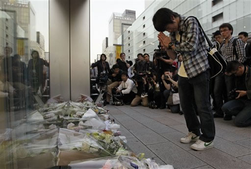 "<div class=""meta ""><span class=""caption-text "">Takashi Udagawa, 15, a high school senior, joins his hands in prayer after laying a bouquet of flowers to pay tribute to Steve Jobs, the Apple founder and former CEO, in front of an Apple Store in the Ginza shopping district in Tokyo Thursday, Oct. 6, 2011. Apple announced Jobs' death without giving a specific cause. He died on Wednesday at the age of 56.  (AP Photo/Hiro Komae)</span></div>"