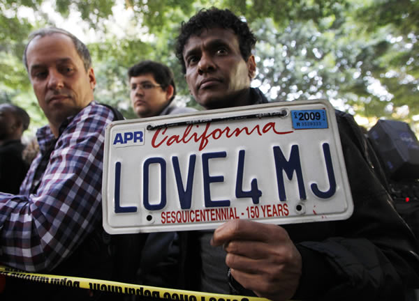 Demarco Delon holds a custom license plate proclaiming love for Michael Jackson as he awaits the verdict for Dr. Conrad Murray at the Criminal Justice Center in downtown Los Angeles, Monday, Nov. 7, 2011, after it was announced that jurors had reached a verdict in the involuntary manslaughter trial of Dr. Conrad Murray, Michael Jackson&#39;s physician when the pop star died in 2009.  <span class=meta>(AP Photo&#47;Danny Moloshok)</span>
