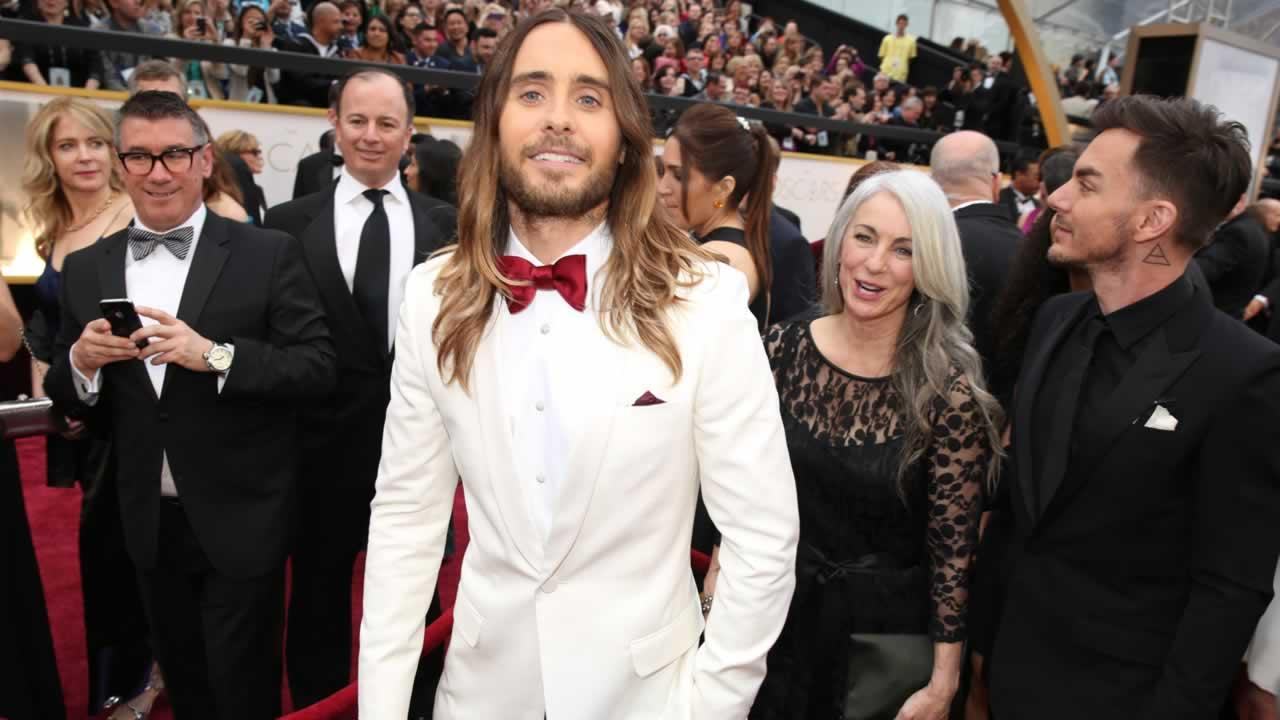 Jared Leto, center, arrives with his mother Constance and brother Shannon at the Oscars.