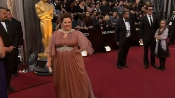 Melissa McCarthy on the red carpet of the 84th Academy Awards!