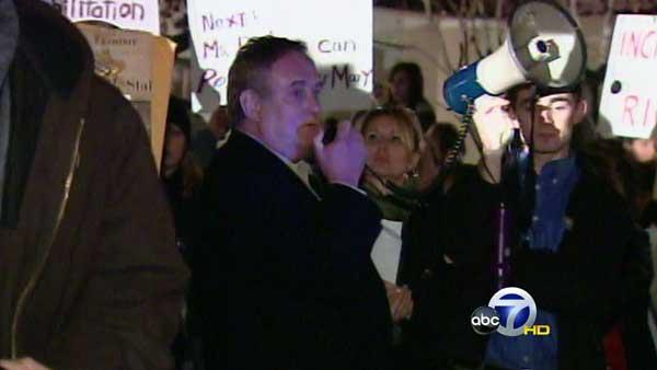 Ayers' speech interrupted by protesters